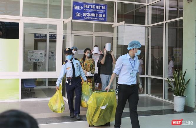 Hai bệnh nhân mắc COVID-19 người Anh rời Đà Nẵng và nói lời cảm ơn ảnh 1