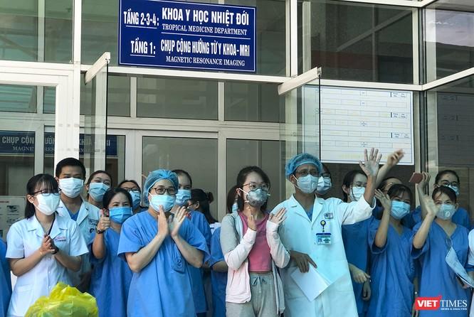 Ảnh: Bệnh nhân mắc COVID-19 thứ 135 điều trị ở Đà Nẵng xuất viện sáng nay ảnh 2