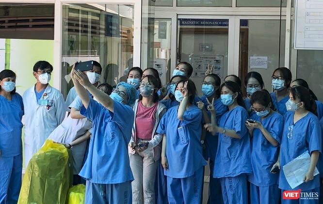 Ảnh: Bệnh nhân mắc COVID-19 thứ 135 điều trị ở Đà Nẵng xuất viện sáng nay ảnh 3