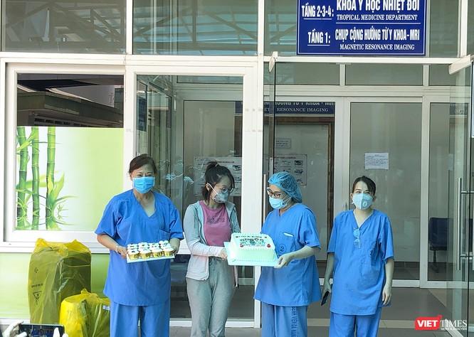 Ảnh: Bệnh nhân mắc COVID-19 thứ 135 điều trị ở Đà Nẵng xuất viện sáng nay ảnh 4