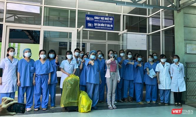 Ảnh: Bệnh nhân mắc COVID-19 thứ 135 điều trị ở Đà Nẵng xuất viện sáng nay ảnh 1