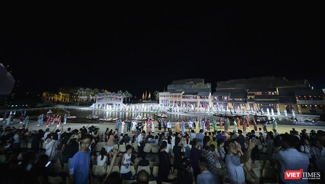 Hội An: Dùng sân khấu công nghệ mới dài 1km kết nối giá trị di sản thế giới với áo dài Việt Nam ảnh 1