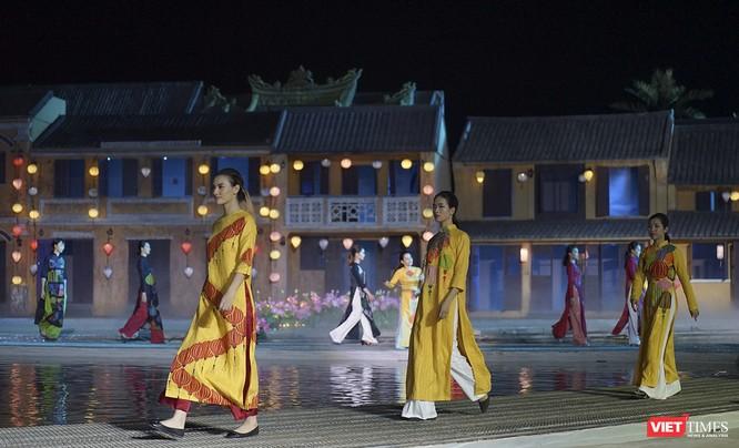 Hội An: Dùng sân khấu công nghệ mới dài 1km kết nối giá trị di sản thế giới với áo dài Việt Nam ảnh 7