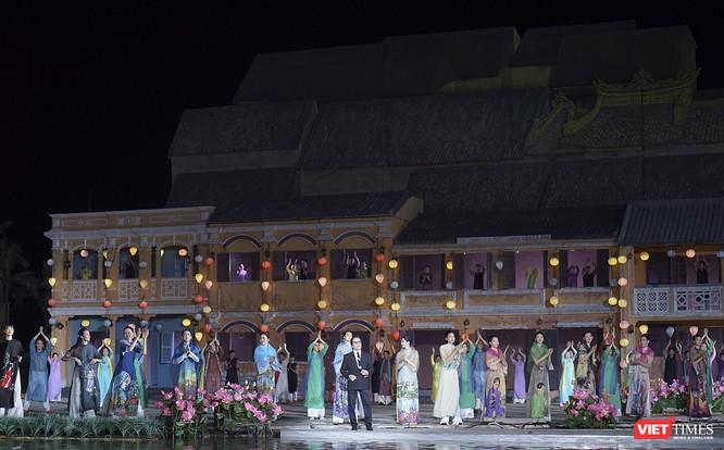 Hội An: Dùng sân khấu công nghệ mới dài 1km kết nối giá trị di sản thế giới với áo dài Việt Nam ảnh 9