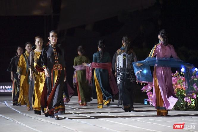 Hội An: Dùng sân khấu công nghệ mới dài 1km kết nối giá trị di sản thế giới với áo dài Việt Nam ảnh 6