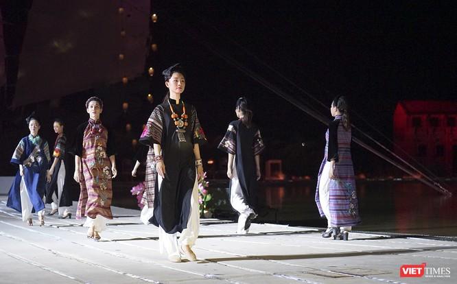 Hội An: Dùng sân khấu công nghệ mới dài 1km kết nối giá trị di sản thế giới với áo dài Việt Nam ảnh 8