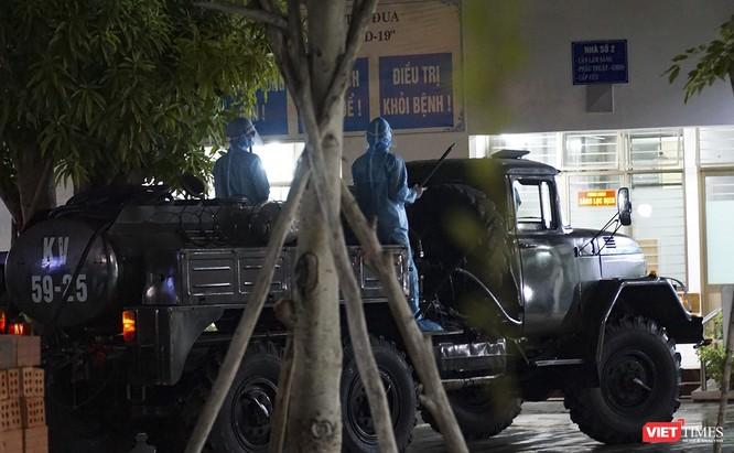 Ảnh: Bộ đội Phòng hóa phun hóa chất khử trùng hai bệnh viện ở Đà Nẵng ảnh 10
