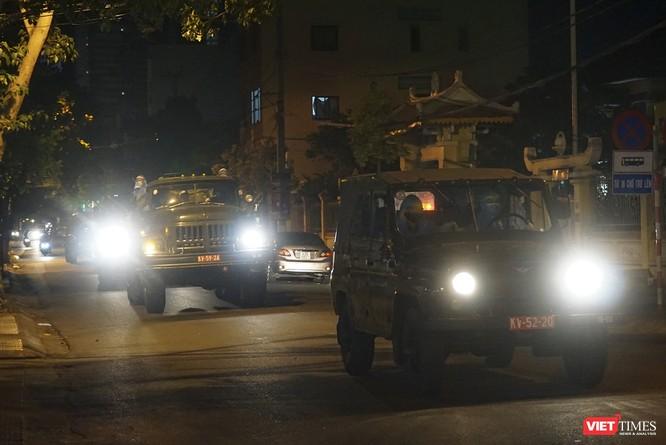 Ảnh: Bộ đội Phòng hóa phun hóa chất khử trùng hai bệnh viện ở Đà Nẵng ảnh 2