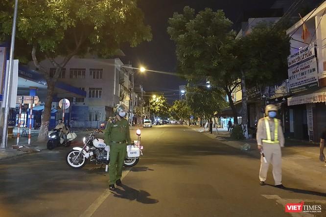 Ảnh: Bộ đội Phòng hóa phun hóa chất khử trùng hai bệnh viện ở Đà Nẵng ảnh 1