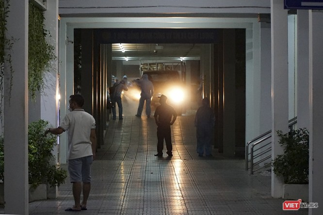 Ảnh: Bộ đội Phòng hóa phun hóa chất khử trùng hai bệnh viện ở Đà Nẵng ảnh 4