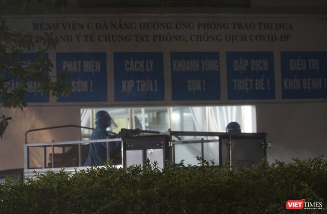 Ảnh: Bộ đội Phòng hóa phun hóa chất khử trùng hai bệnh viện ở Đà Nẵng ảnh 6