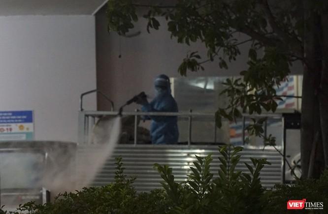 Ảnh: Bộ đội Phòng hóa phun hóa chất khử trùng hai bệnh viện ở Đà Nẵng ảnh 7