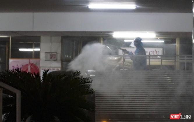 Ảnh: Bộ đội Phòng hóa phun hóa chất khử trùng hai bệnh viện ở Đà Nẵng ảnh 8