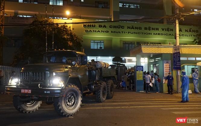 Ảnh: Bộ đội Phòng hóa phun hóa chất khử trùng hai bệnh viện ở Đà Nẵng ảnh 9