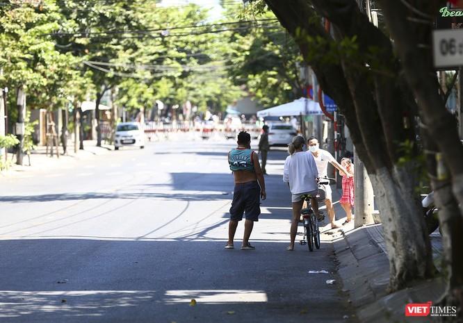 Ảnh: Ngày đầu khu vực phong tỏa dịch COVID-19 ở Đà Nẵng ra sao? ảnh 12