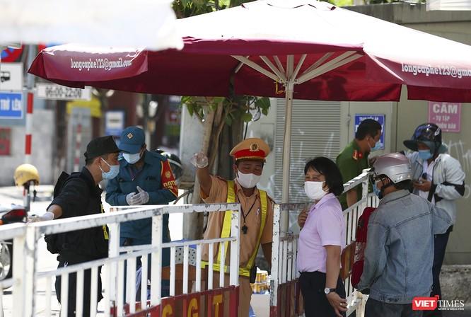 Ảnh: Ngày đầu khu vực phong tỏa dịch COVID-19 ở Đà Nẵng ra sao? ảnh 9