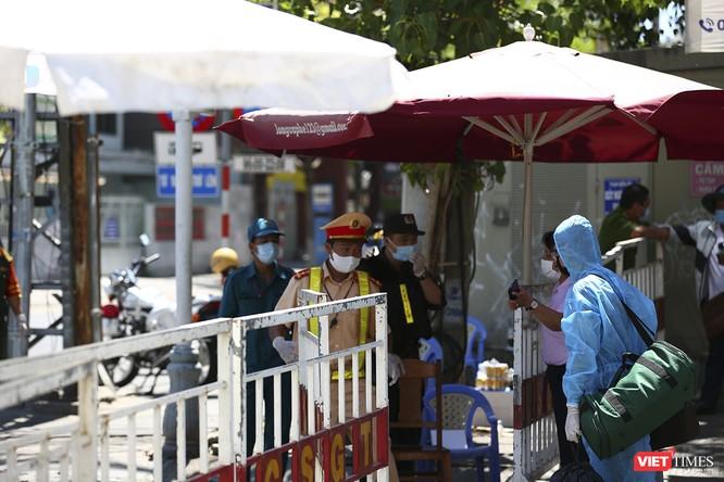 Ảnh: Ngày đầu khu vực phong tỏa dịch COVID-19 ở Đà Nẵng ra sao? ảnh 14