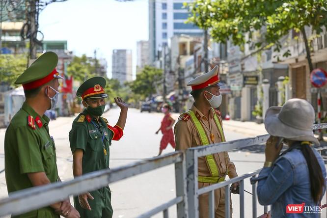 Ảnh: Ngày đầu khu vực phong tỏa dịch COVID-19 ở Đà Nẵng ra sao? ảnh 15
