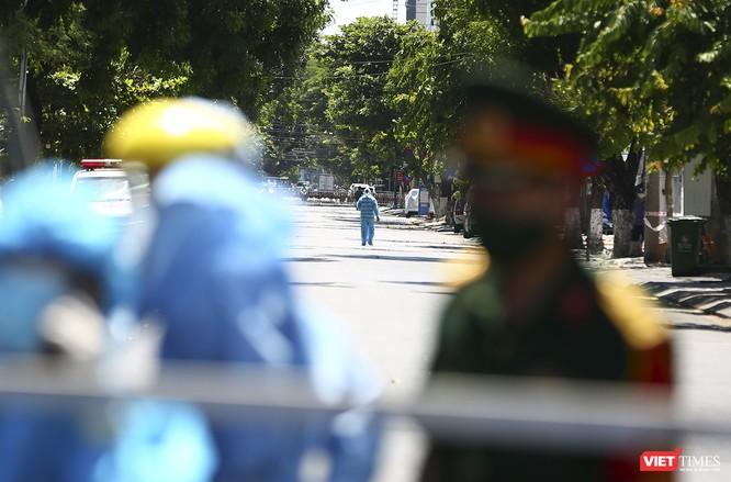 Ảnh: Ngày đầu khu vực phong tỏa dịch COVID-19 ở Đà Nẵng ra sao? ảnh 18
