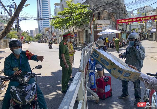 Ảnh: Ngày đầu khu vực phong tỏa dịch COVID-19 ở Đà Nẵng ra sao? ảnh 26
