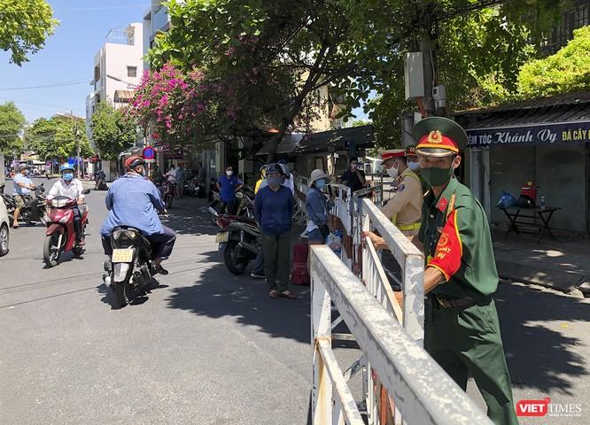 Ảnh: Ngày đầu khu vực phong tỏa dịch COVID-19 ở Đà Nẵng ra sao? ảnh 25