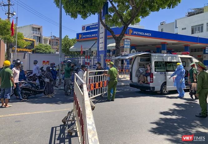 Ảnh: Ngày đầu khu vực phong tỏa dịch COVID-19 ở Đà Nẵng ra sao? ảnh 24