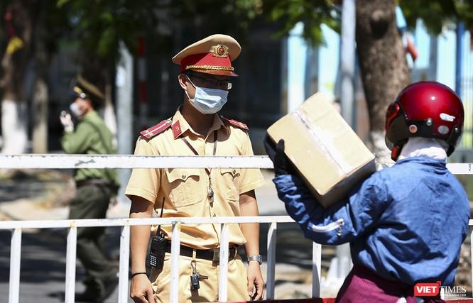 Ảnh: Ngày đầu khu vực phong tỏa dịch COVID-19 ở Đà Nẵng ra sao? ảnh 5