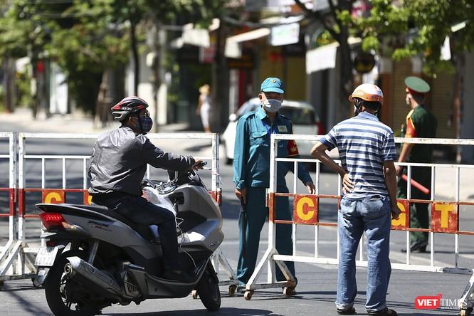 Ảnh: Ngày đầu khu vực phong tỏa dịch COVID-19 ở Đà Nẵng ra sao? ảnh 8