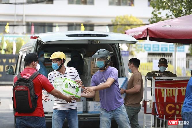 Ảnh: Tình người Đà Nẵng qua những chuyến hàng ủng hộ bác sĩ nơi tuyến đầu chống dịch ảnh 11