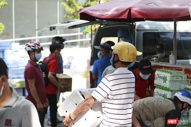 Ảnh: Tình người Đà Nẵng qua những chuyến hàng ủng hộ bác sĩ nơi tuyến đầu chống dịch ảnh 12