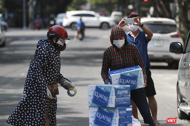 Ảnh: Tình người Đà Nẵng qua những chuyến hàng ủng hộ bác sĩ nơi tuyến đầu chống dịch ảnh 17