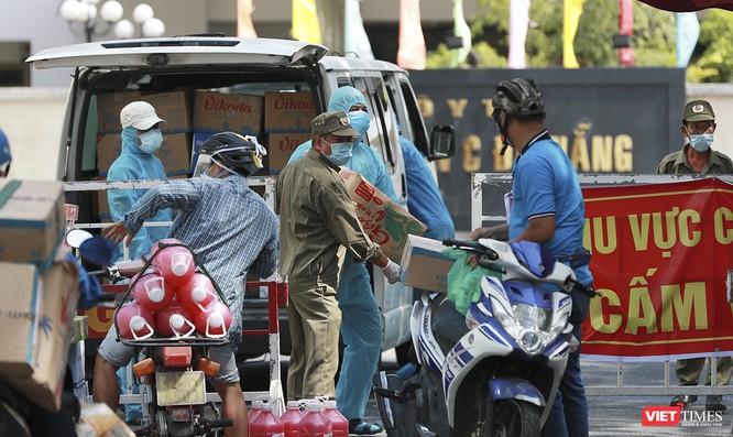 Ảnh: Tình người Đà Nẵng qua những chuyến hàng ủng hộ bác sĩ nơi tuyến đầu chống dịch ảnh 14