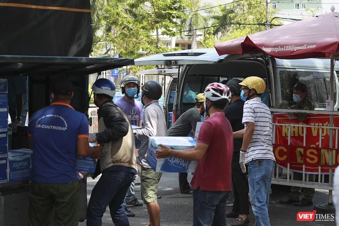 Ảnh: Tình người Đà Nẵng qua những chuyến hàng ủng hộ bác sĩ nơi tuyến đầu chống dịch ảnh 20