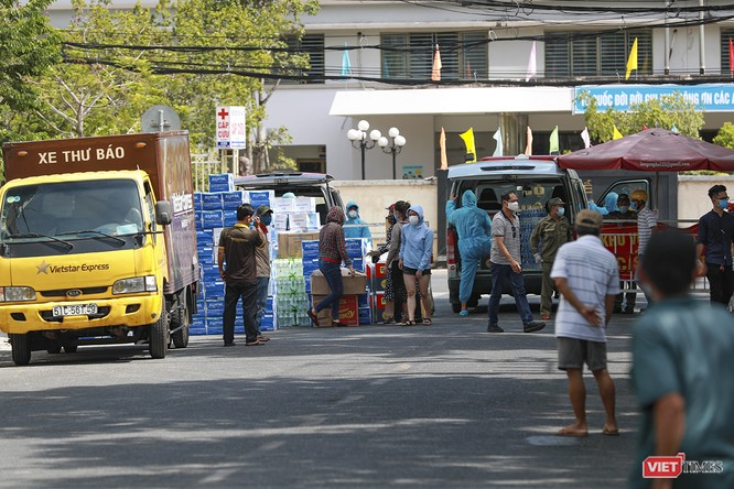 Ảnh: Tình người Đà Nẵng qua những chuyến hàng ủng hộ bác sĩ nơi tuyến đầu chống dịch ảnh 18