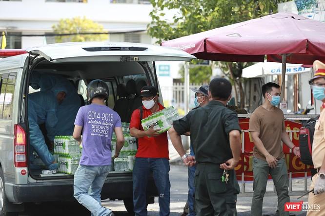 Ảnh: Tình người Đà Nẵng qua những chuyến hàng ủng hộ bác sĩ nơi tuyến đầu chống dịch ảnh 9