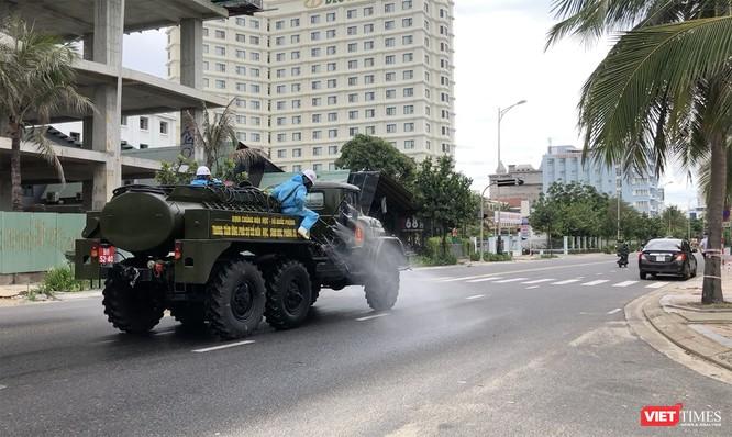 Ảnh: Quân đội phun thuốc khử khuẩn COVID-19 trên các tuyến đường Đà Nẵng ảnh 14