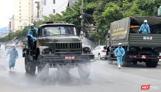Ảnh: Quân đội phun thuốc khử khuẩn COVID-19 trên các tuyến đường Đà Nẵng ảnh 4
