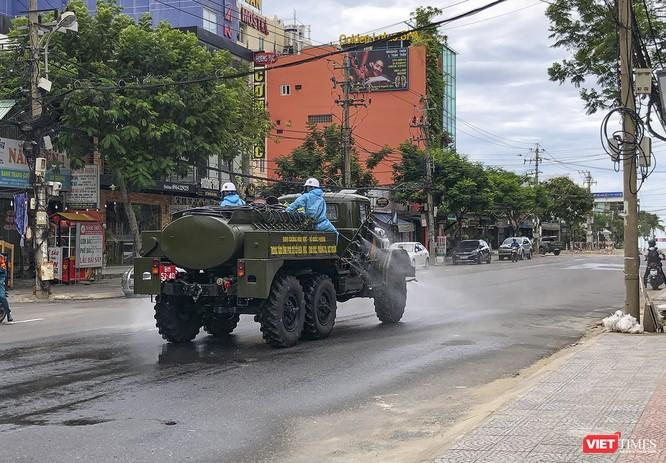 Ảnh: Quân đội phun thuốc khử khuẩn COVID-19 trên các tuyến đường Đà Nẵng ảnh 15