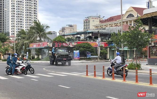 Ảnh: Quân đội phun thuốc khử khuẩn COVID-19 trên các tuyến đường Đà Nẵng ảnh 12