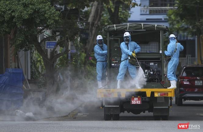 Ảnh: Quân đội phun thuốc khử khuẩn COVID-19 trên các tuyến đường Đà Nẵng ảnh 18