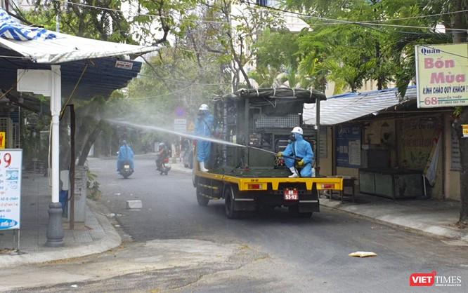 Ảnh: Quân đội phun thuốc khử khuẩn COVID-19 trên các tuyến đường Đà Nẵng ảnh 11