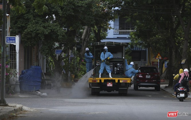 Ảnh: Quân đội phun thuốc khử khuẩn COVID-19 trên các tuyến đường Đà Nẵng ảnh 17
