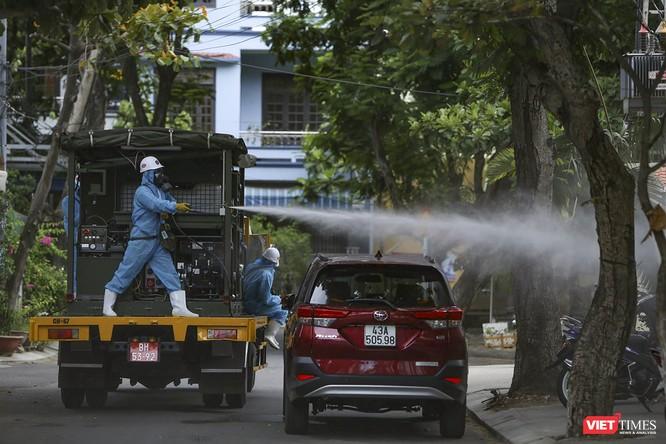 Ảnh: Quân đội phun thuốc khử khuẩn COVID-19 trên các tuyến đường Đà Nẵng ảnh 19