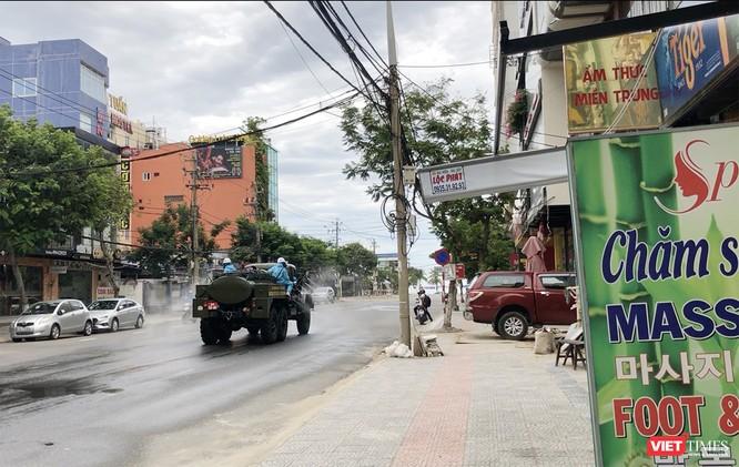 Ảnh: Quân đội phun thuốc khử khuẩn COVID-19 trên các tuyến đường Đà Nẵng ảnh 8