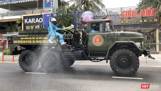 Ảnh: Quân đội phun thuốc khử khuẩn COVID-19 trên các tuyến đường Đà Nẵng ảnh 10