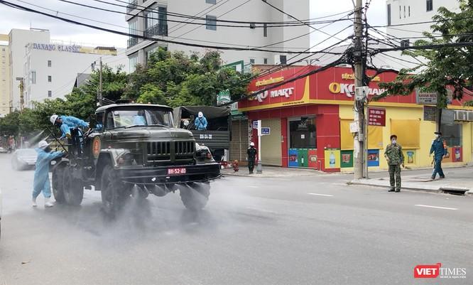 Ảnh: Quân đội phun thuốc khử khuẩn COVID-19 trên các tuyến đường Đà Nẵng ảnh 5