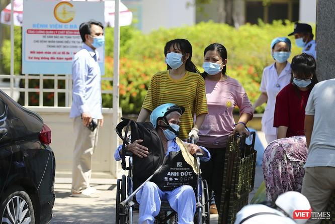 Ảnh: Ngày đầu tiên Bệnh viện C Đà Nẵng dỡ bỏ lệnh phong tỏa ảnh 4