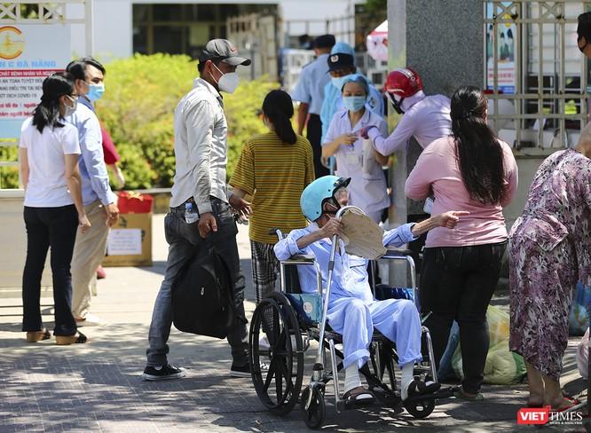 Ảnh: Ngày đầu tiên Bệnh viện C Đà Nẵng dỡ bỏ lệnh phong tỏa ảnh 3