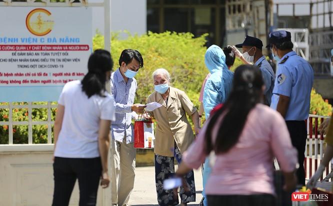 Ảnh: Ngày đầu tiên Bệnh viện C Đà Nẵng dỡ bỏ lệnh phong tỏa ảnh 2