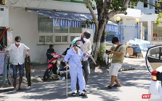 Ảnh: Ngày đầu tiên Bệnh viện C Đà Nẵng dỡ bỏ lệnh phong tỏa ảnh 5